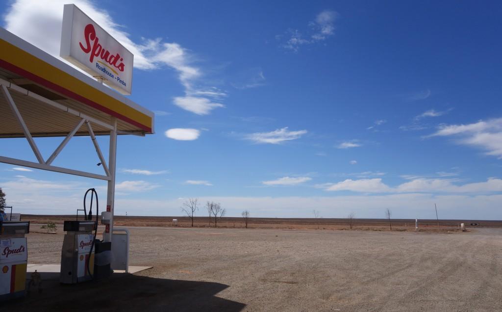 Station essence dans le désert