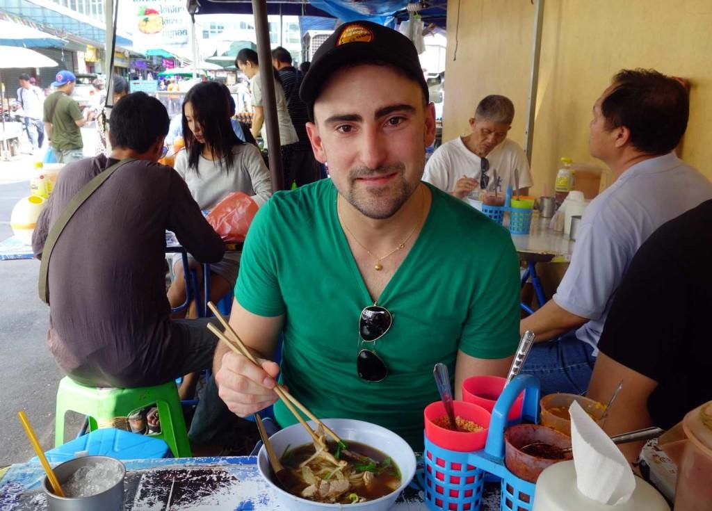Clément qui déguste sa première steet soup